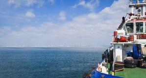 Nahaufnahme eines Versorgungsschiffes, das Fracht transportiert stockfotos