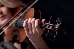 Nahaufnahme eines Violinist ` s Handspielens Stockfotos