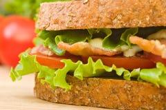 Nahaufnahme eines Vollweizen BLT Sandwiches Stockbild