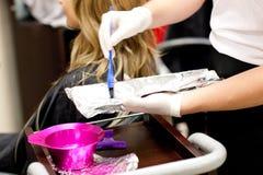 Nahaufnahme eines weiblichen Abnehmertrockners ihr Haar Lizenzfreie Stockbilder