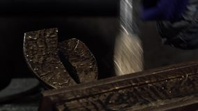 Nahaufnahme eines weiblichen Dekorateurs, der ein Eisen Produc bedeckt stock video