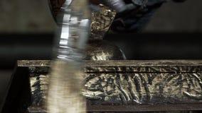 Nahaufnahme eines weiblichen Dekorateurs, der ein Eisen Produc bedeckt stock footage