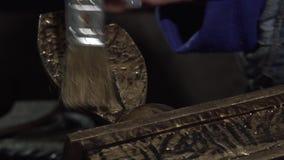 Nahaufnahme eines weiblichen Dekorateurs, der eine Eisenproduktion umfasst stock video