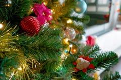 Nahaufnahme eines Weihnachtsbaums mit Dekorationen Lizenzfreie Stockfotos
