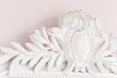 Nahaufnahme eines Weinlesespiegels mit dekorativen Verzierungen stockbild