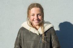 Nahaufnahme eines Winterporträts im Freien des Schulmädchens 12,13 Jahre alt Lizenzfreie Stockfotografie