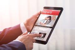 Nahaufnahme eines Wirtschaftlers Holding Tablet lizenzfreie stockfotos