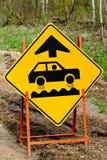 Nahaufnahme eines Zeichens der holperigen Straße voran Lizenzfreie Stockfotos