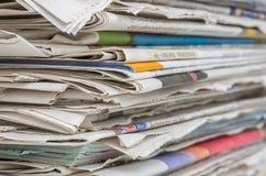 Nahaufnahme eines Zeitungsstapels Stockbild