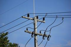 Nahaufnahme Eletricity-Linie im Hintergrund des blauen Himmels Stockfoto