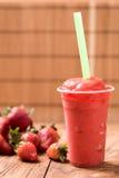 Nahaufnahme-Erdbeersaft auf hölzerner Tabelle stockfotografie