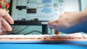 Nahaufnahme Erst-Person Ansicht Weibliche H?nde, die auf Mitteilungen einer rosa Tastatur in den sozialen Netzwerken, gegen den H stock video