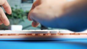 Nahaufnahme Erst-Person Ansicht Weibliche H?nde, die auf Mitteilungen einer rosa Tastatur in den sozialen Netzwerken, gegen den H stock footage