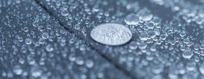 Nahaufnahme führte Ansicht von Regentropfen auf einem Gewebe, ein Hintergrund einzeln auf Lizenzfreies Stockbild