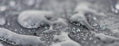 Nahaufnahme führte Ansicht von Regentropfen auf einem Gewebe, ein Hintergrund einzeln auf Stockbild