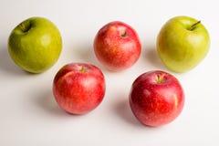 Nahaufnahme: fünf Äpfel auf einem weißen Hintergrund stockbild