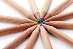 Nahaufnahme farbige Bleistifte auf weißem Hintergrund Stockfotografie