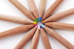 Nahaufnahme farbige Bleistifte auf weißem Hintergrund Stockfotos