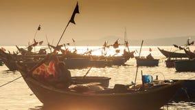 Nahaufnahme-Fischerboot-Schattenbilder in der Seebucht bei Sonnenuntergang in Vietnam stock footage