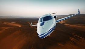Nahaufnahme-Foto-weißes generisches Design-Luxusflugzeug Private Jet Cruising High Altitude, fliegend über Berge Leeres Blau Lizenzfreie Stockfotos