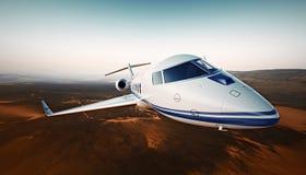 Nahaufnahme-Foto-weißes generisches Design-Luxusflugzeug Private Jet Cruising High Altitude, fliegend über Wüste Leerer blauer Hi Lizenzfreie Stockfotos