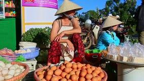 Nahaufnahme-Frau im Hut verkauft Eier am Straßenmarkt- in Vietnam stock video footage