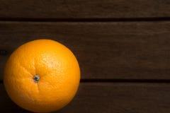 Nahaufnahme-frische Orange auf hölzernem Tabellen-Schreibtisch-Hintergrund Stockfoto