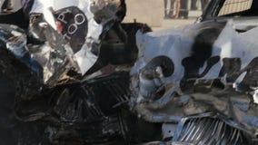 Nahaufnahme gebrochener Rennwagen zerschmettert an der extremen Sport-Show stock footage
