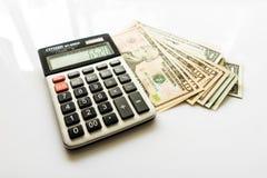 Nahaufnahme-Geld und Taschenrechner, amerikanische Dollar-Banknoten Stockfotografie