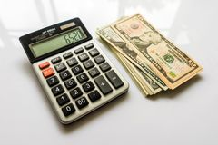 Nahaufnahme-Geld und Taschenrechner, amerikanische Dollar-Banknoten Stockfotos