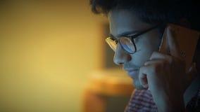 Nahaufnahme, Geschäfts-indischer Mann in den Gläsern spricht telefonisch, bespricht Arbeits-Fragen stock footage