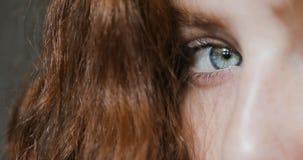 Nahaufnahme geschossen vom Auge der jungen Frau stock footage