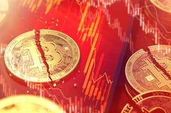Nahaufnahme geschossen vom defekten bitcoin aufgespaltet in zwei Stücken, die auf einen Smartphoneschirm mit Börsediagramm in der stock abbildung
