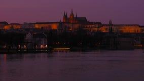 Nahaufnahme geschossen vom die Moldau-Fluss-und Prag-Schloss auf Dämmerung stock footage