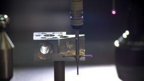 Nahaufnahme geschossen vom dreidimensionalen Scanner, der auf und ab die Herstellung des Messens des Metallwerkzeugs auf unscharf stock video