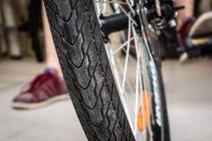 Nahaufnahme geschossen vom Fahrrad-Reifen stockfotos