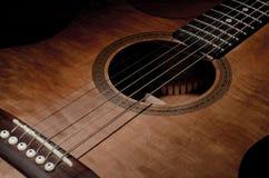Nahaufnahme geschossen vom Mahagoni-guitar& x27; s-Funktionen und -Schallloch Lizenzfreie Stockfotos