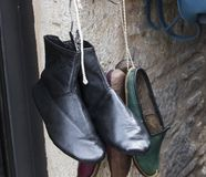 Nahaufnahme geschossen von den traditionellen alten türkischen Schuhen stockbilder