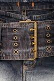 Nahaufnahme geschossen von der Jeansfrontseite stockfotografie