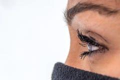 Nahaufnahme geschossen von der weiblichen Wimper lizenzfreies stockfoto