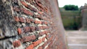 Nahaufnahme geschossen von der Ziegelstein- und morterwand des Forts von Perpignan, Frankreich stock video