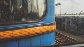 Nahaufnahme getontes Bild von den traurigen müden Leuten, die in schmutziges rostiges U-Bahnauto beim Austauschen, um zu arbeiten stockfoto