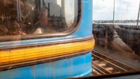 Nahaufnahme getontes Bild von den traurigen m?den Leuten, die in schmutziges rostiges U-Bahnauto beim Austauschen, um zu arbeiten stockfotografie