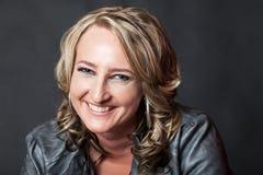 Nahaufnahme glücklicher lächelnder junger blonder Dame Stockfotografie
