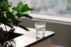 Nahaufnahme-Glas Wasser auf Tabellennaturhintergrund stockfotografie
