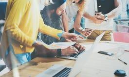 Nahaufnahme-Gruppen-junge Mitarbeiter, die das große Geschäft gedanklich löst modernen Dachboden machen Kreativer Team Hipsters D Stockbild