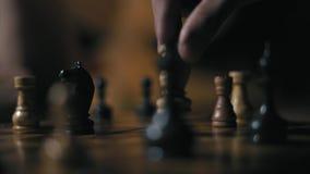 Nahaufnahme, Hände des zwei Spieler-Austausches ein Reihe Bewegungen am Nachtschach-Turnier stock video footage