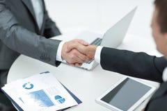 nahaufnahme Händedruck von Teilhabern über dem Schreibtisch Lizenzfreies Stockfoto
