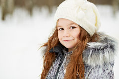 Nahaufnahme halb-drehte Porträt des kleinen Mädchens in der grauen Jacke Stockbild