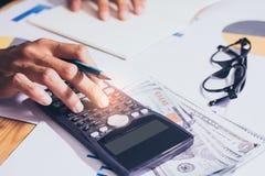 Nahaufnahme Hand des Geschäfts- oder Kontoarbeitstaschenrechners, Gewinn oder Diagrammwirtschaft auf Innenministerium stockfoto